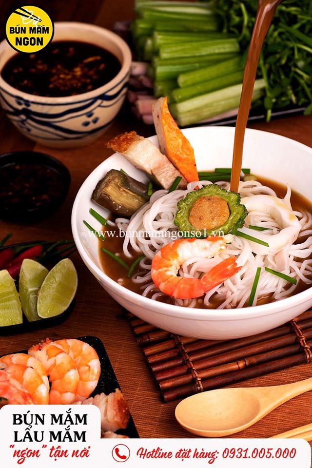 Vị ngọt của các loại hải sản, vị mặn đậm đà của mắm cùng vị thanh mát của các loại rau khiến bún mắm trở thành món ăn được yêu thích