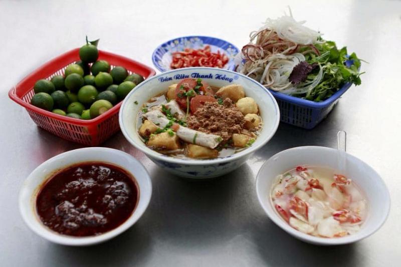 Đến với Thanh Hồng bạn sẽ được thưởng thức hương vị bún riêu truyền thống của Hà Nội, đúng với tiêu chí của quán
