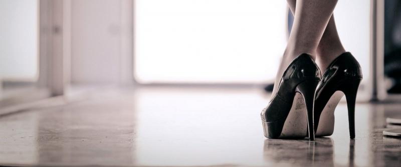 Bước gót trước mũi chân sau