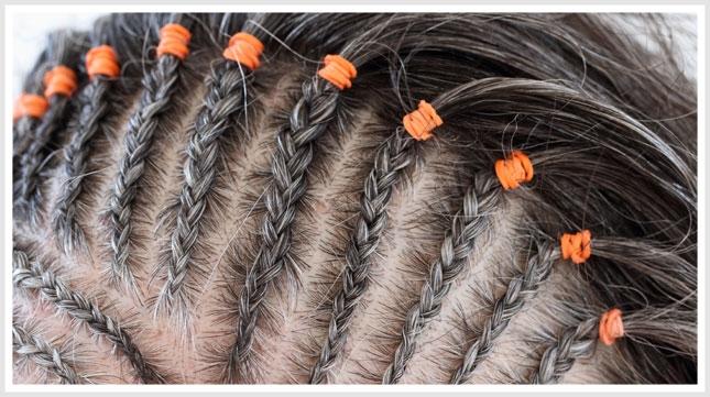 Buộc tóc quá chặt hoặc tạo kiểu cho tóc dễ khiến tóc bị gãy, rụng