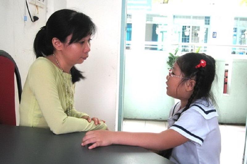 Giáo viên gặp riêng hoc sinh.