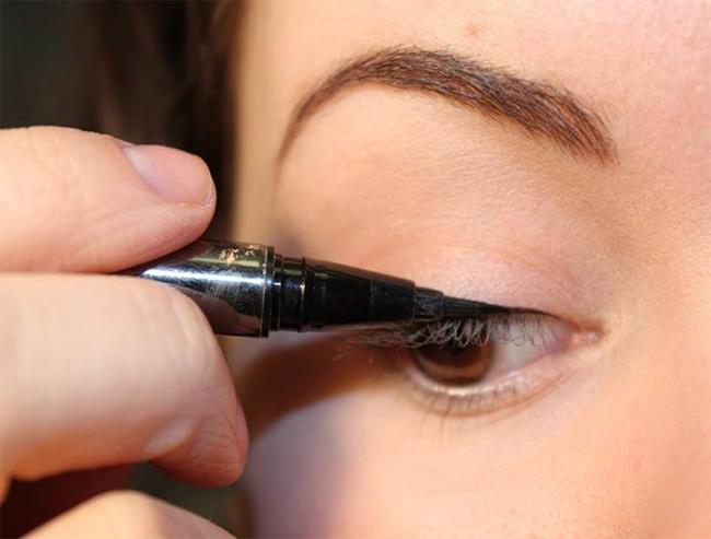 Bút kẻ mắt dạ Maxi Black – Mistine rất dễ kẻ, không bị lem trôi, kẻ mướt và cực thích, đường nét thanh mảnh. Mang đến cho bạn đôi mắt đen, quyến rũ hút hồn người nhìn.