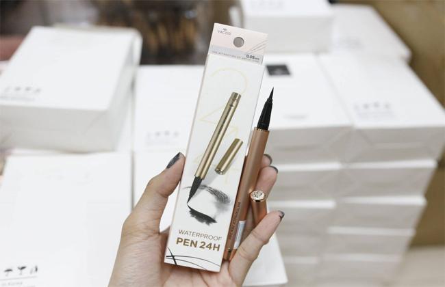 Thiết kế dạng bút nhỏ gọn, đơn giản nhưng không kém phần thanh lịch. Ngòi bút thanh mảnh, thiết kế dạng dạ sáng tạo giúp bạn dễ dàng tạo dáng cho viền mắt và bờ mi của mình.