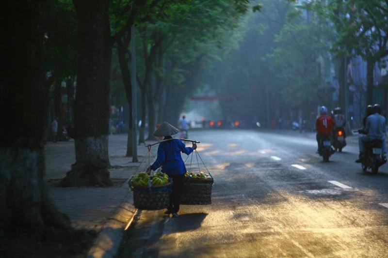 Hình ảnh người bán chuối ven đường