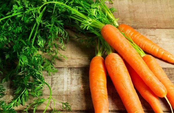Cà rốt có nhiều vitamin nhóm B và vitamin C, làm mềm da, chống lão hóa
