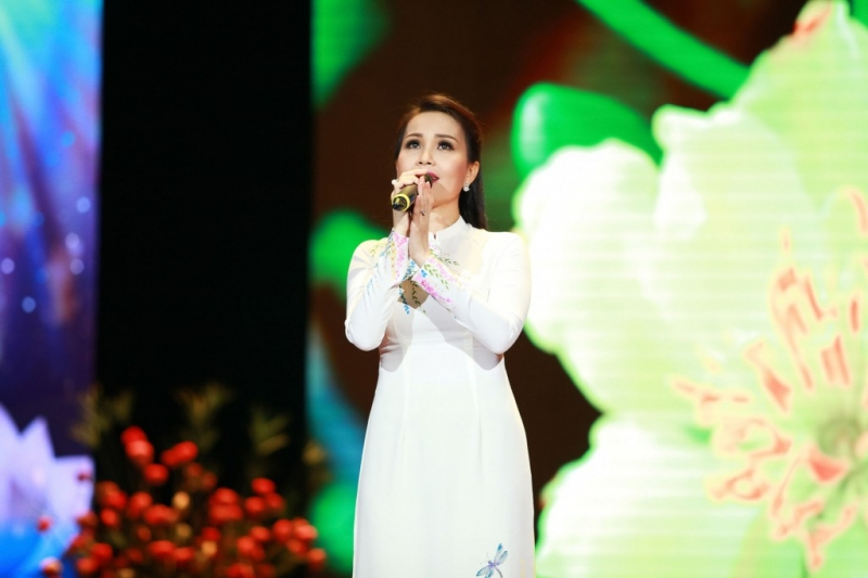 Ca sĩ Cẩm Ly đang biểu diễn