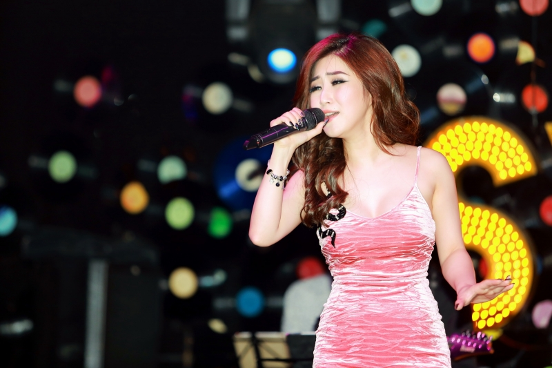 Ca sĩ Hương Tràm biểu diễn