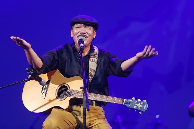 Ca sĩ Trần Tiến biểu diễn