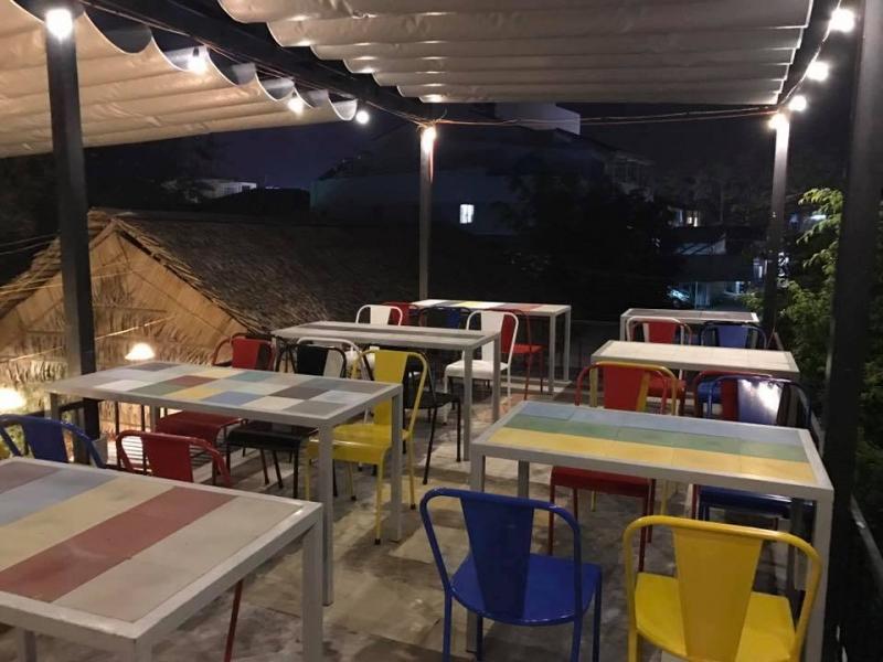 Trên sân thượng được bày khá nhiều bàn ghế sắc màu rực rỡ