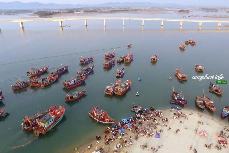 Dọc theo bờ biển xuôi về phía Nam, du khách sẽ đến với chợ cá Cửa Nhượng có tuổi đời trên một trăm năm với nghề làm mắm