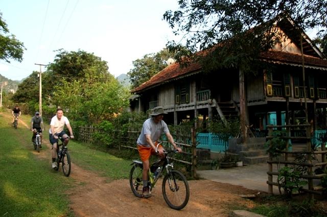 Xe đạp là phương tiện di chuyển ở Mai Châu.