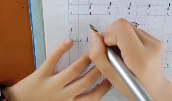 Hướng dẫn trẻ cầm bút bằng 3 đầu ngón tay: ngón trỏ, ngón giữa và ngón cái.