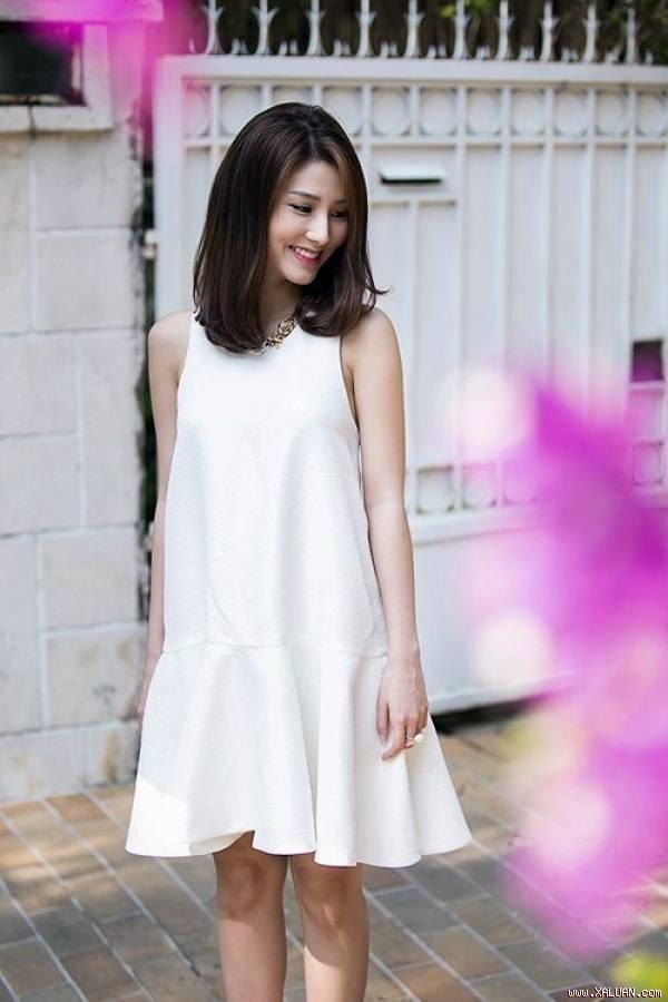 Váy xuông nhẹ cũng là một lựa chọn không tồi, bởi chẳng ai biết chân bạn bắt đầu từ đâu
