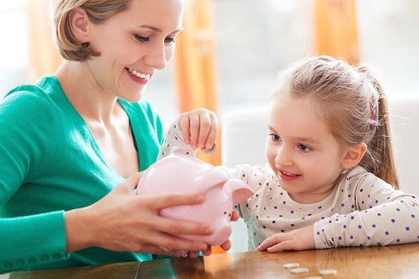 Nuôi heo đất tiết kiệm là một trong những cách kinh điển và hiệu quả nhất để dạy con về sử dụng tiền bạc.