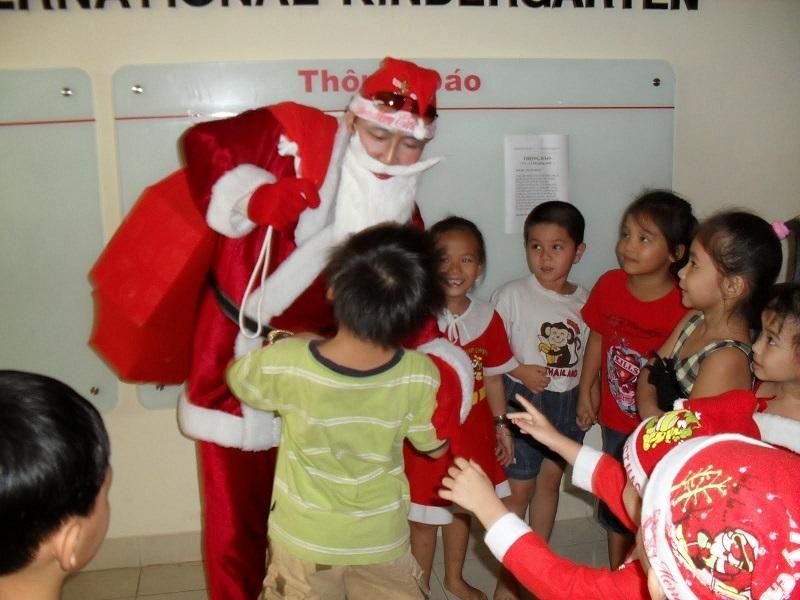 Tặng quà cho trẻ em
