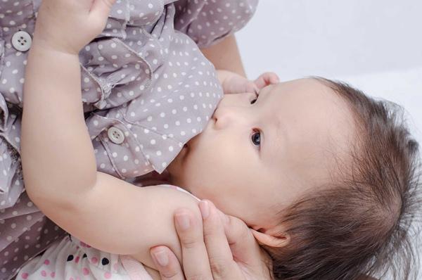 giảm dần cữ bú cơ thể người mẹ cũng tự nhiên dần điều chỉnh lượng sữa tiết ra giảm bớt khi bé không bú liên tục như trước.