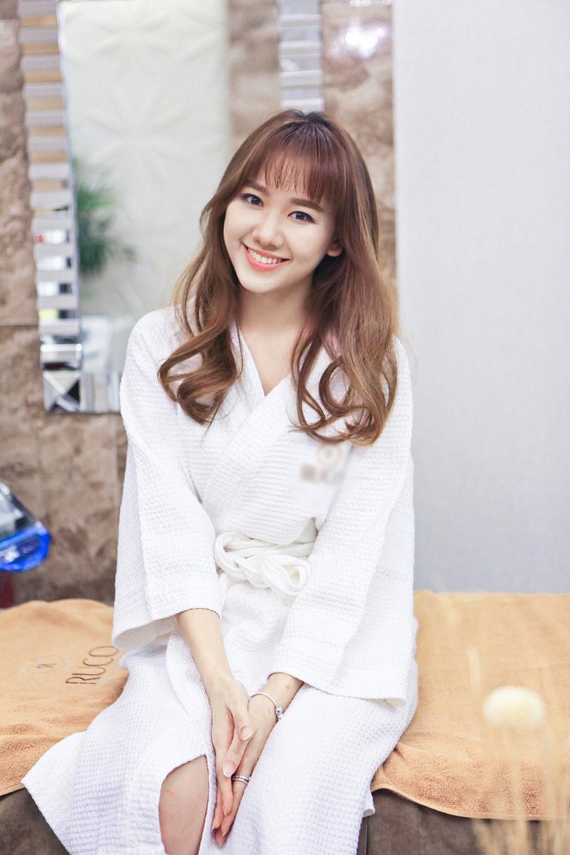 Hari Won giờ đây đã trả lời báo chí rất dễ dàng, cười nhẹ nhàng và duyên dáng hơn, ra dáng một người phụ nữ quý phái và sang trọng.