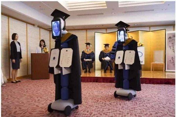 Các robot này đều được mặc áo cử nhân, đội mũ như thường lệ (Nguồn: Sưu tầm Internet)