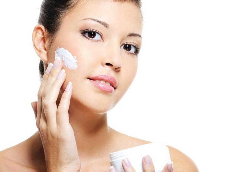 Da dầu là loại da rất kén chọn, nếu không biết chăm sóc đúng cách, làn da của bạn sẽ nhanh chóng bị mụn cám và mụn đầu đen đến thăm.