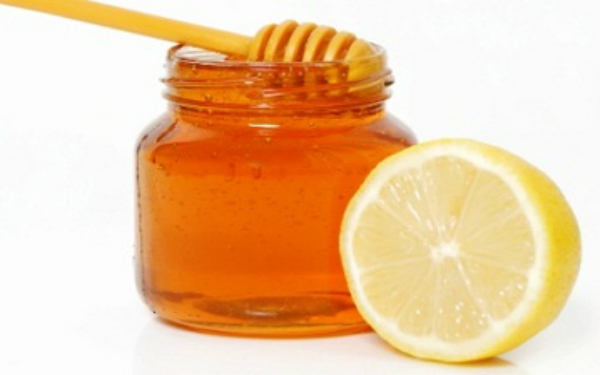 Sử dụng nước cốt chanh và mật ong
