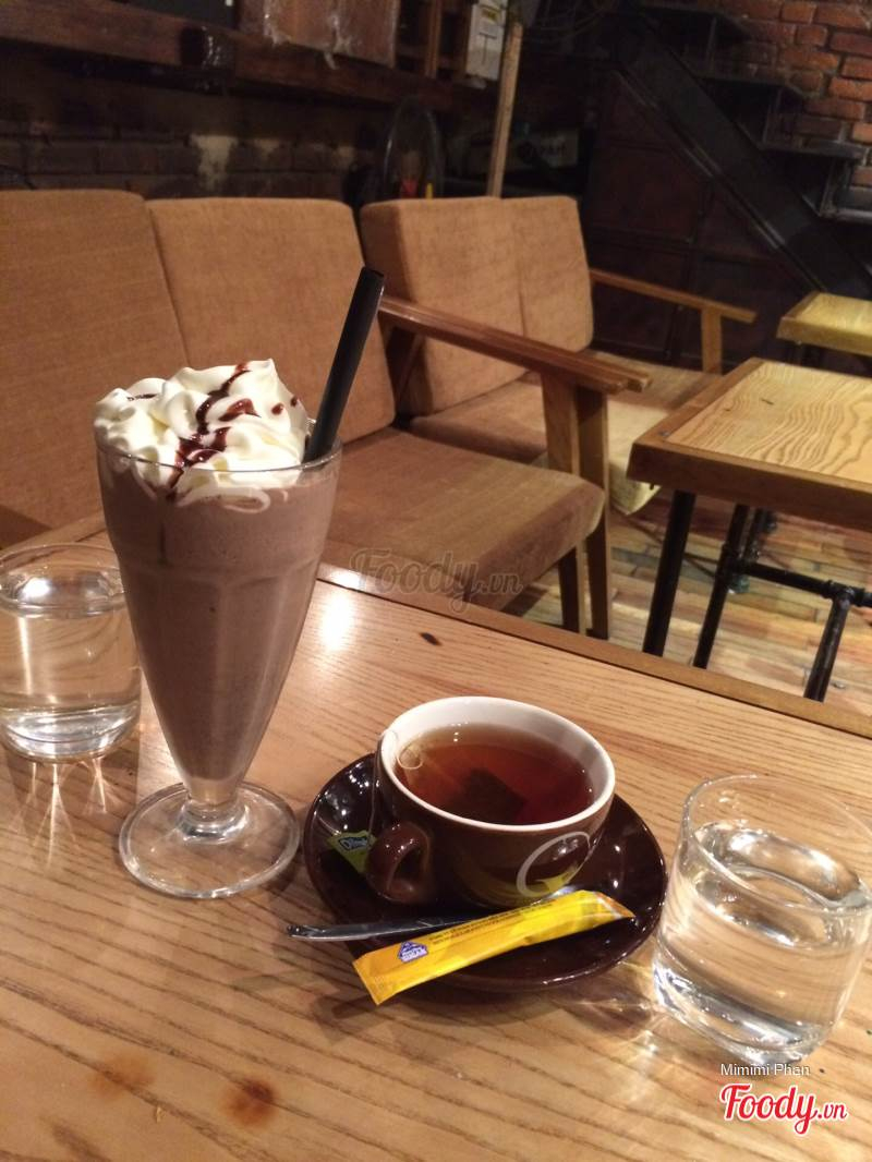 Café 70s nằm ở mặt đường Trần Đại Nghĩa nên rất dễ tìm, lại có chỗ để xe rộng rãi. Xét về giá cả, thì đây có thể cho là quán cà phê sinh viên vì giá rất bình thường.