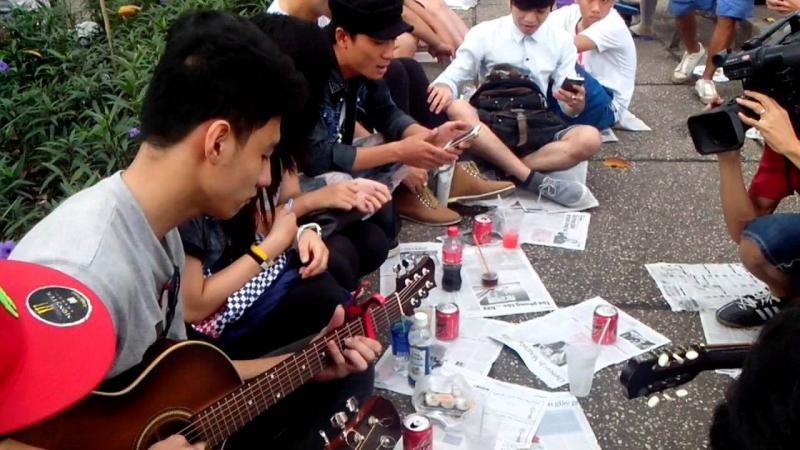 Nhóm bạn trẻ tụ tập tại cafe bệt Hàn Thuyên