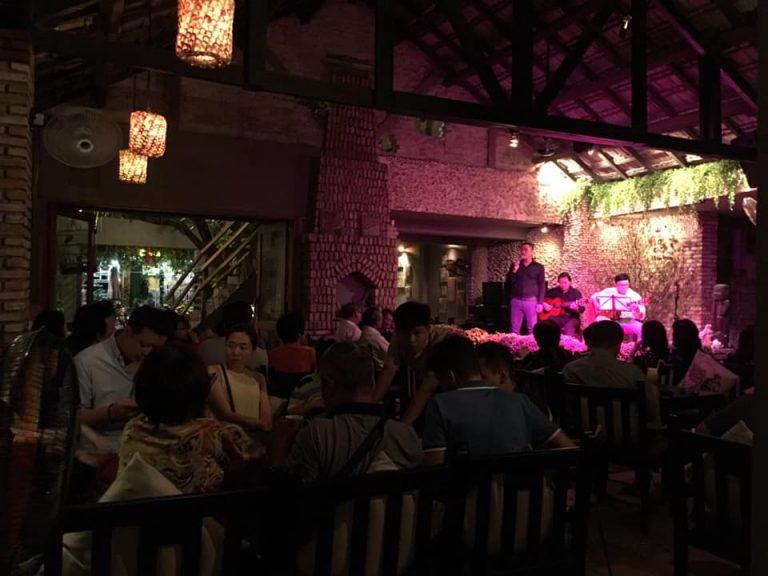 Cafe Hòn Kiến thu hút bởi những dòng nhạc trữ tình