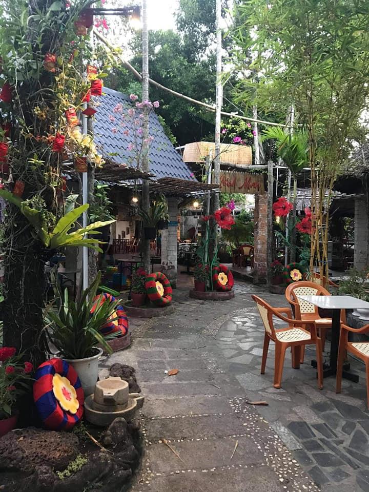 Cafe Khánh Minh có không gian rộng, thoáng mát bởi tất cả các khu vực của quán đều được bao phủ bởi bóng mát của những cây xanh lớn