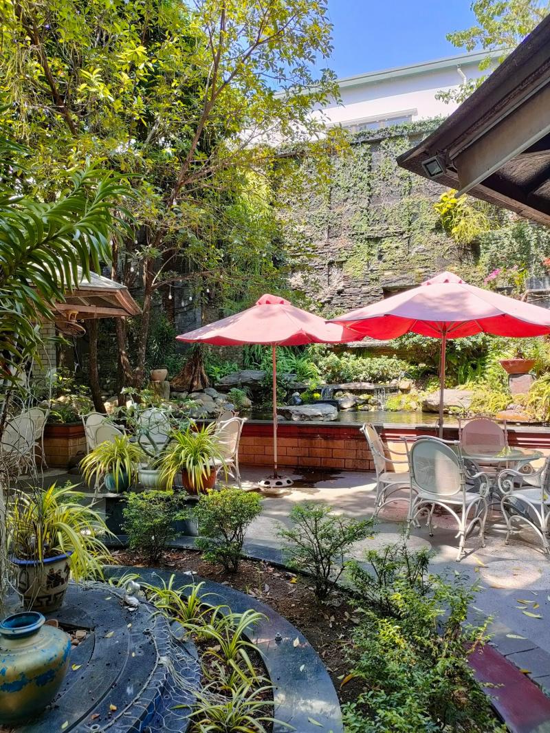 Quán có decor thiết kế khá bắt mắt khi xen kẽ những ngôi nhà nhỏ xinh cùng mảnh vườn xanh mát rờn