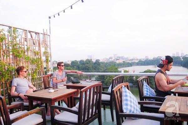 Cafe phố cổ thu hút rất nhiều du khách nước ngoài với view tuyệt đẹp ngắm nhìn Bờ Hồ
