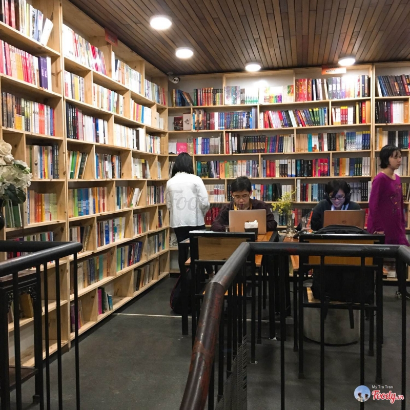 Những giá sách cao ngút ngàn tại Đông Tây sẽ khiến hội mọt sách thích thú