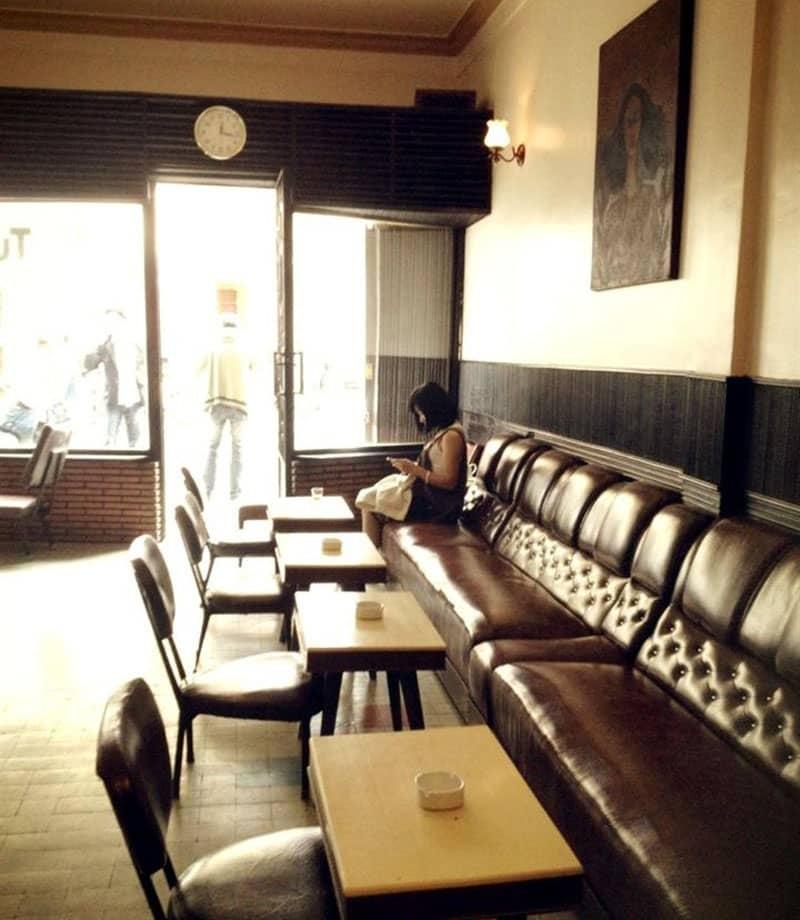 Cafe Tùng là một quán cafe đơn sơ, nhỏ nhắn với những chiếc bàn cũ kỹ, những bức tranh bạc màu,...