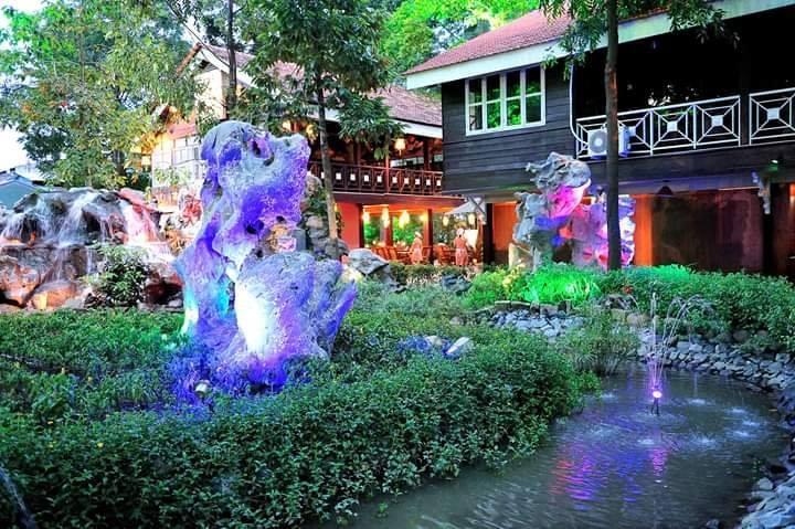 Cafe Vườn Đá là quán cafe sân vườn với khuôn viên rộng 7000m2 được phủ bóng mát bởi rất nhiều cây xanh, hoa cỏ