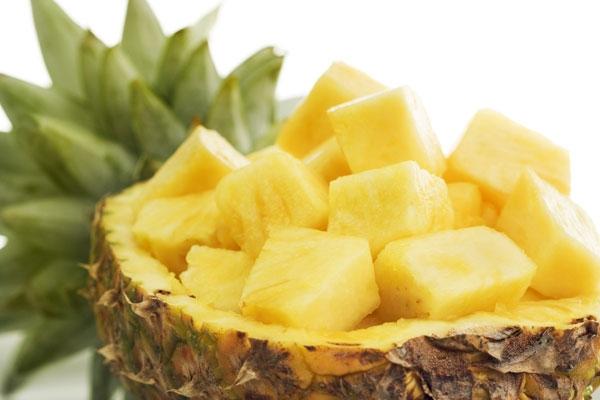 Ăn dứa giúp cải thiện làn da, bảo vệ khỏi tia UV, cung cấp chất vitamin và hơn hết là có thể kích thích tiêu hóa giúp hệ tiêu hóa làm việc tốt hơn.
