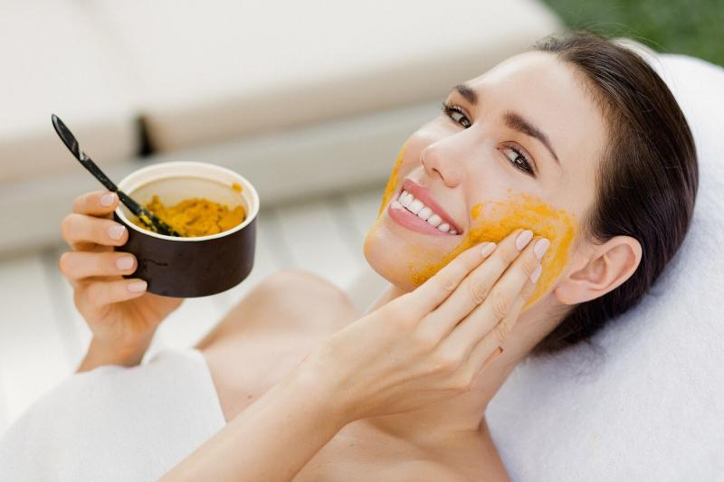 Sắc tố da kém là tình trạng da yếu và cần sự chăm sóc. Áp dụng chăm sóc da bằng tình bột nghệ mỗi ngày sẽ giúp da khoẻ mạnh và sáng, đều màu.