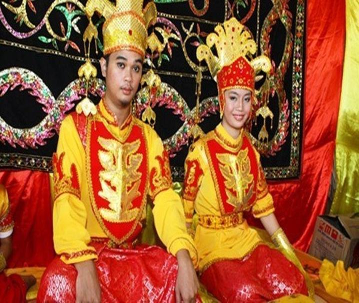 Cộng đồng Tidong ở Indonesia có tập tục không cho phép cô dâu chú rể tắm trong ba ngày ba đêm sau hôn lễ
