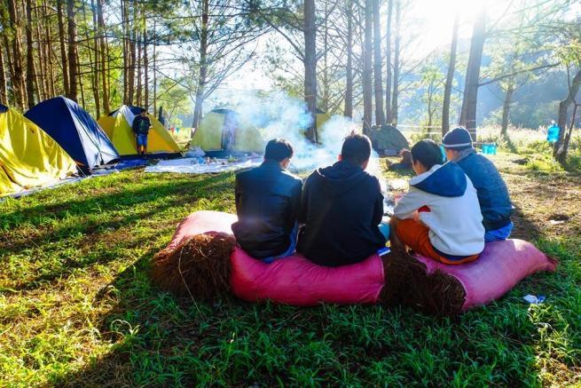 Hoạt động tổ chức cắm trại ở gần đường hầm đất sét