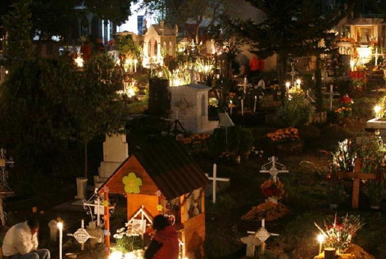 Người dân bản địa thường cắm trại ở nghĩa trang vào dịp năm mới, họ hi vọng có thể bên ông bà mình vào thời khắc trọng đại này.