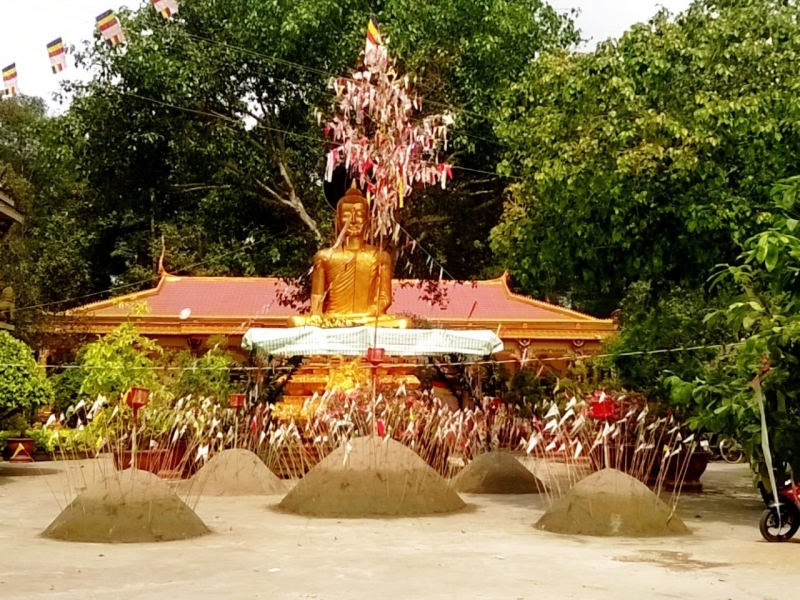 Đắp 5 gò cát để thờ cúng tổ tiên