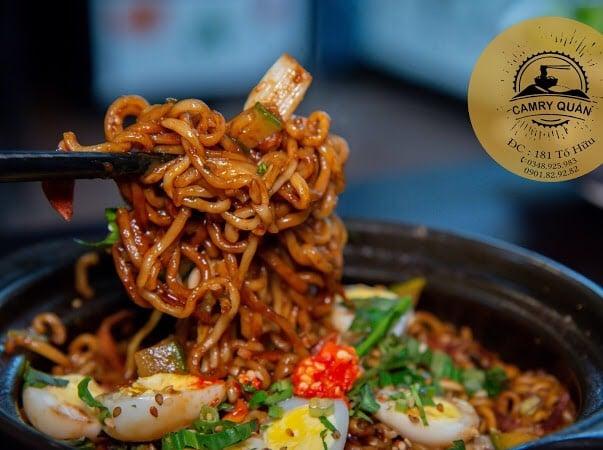 Những nguyên liệu tươi ngon được chế biển chuẩn vị Hàn, cùng sợi mì nóng hổi tạo nên một bữa ăn cực kỳ khó quên cho thực khách.