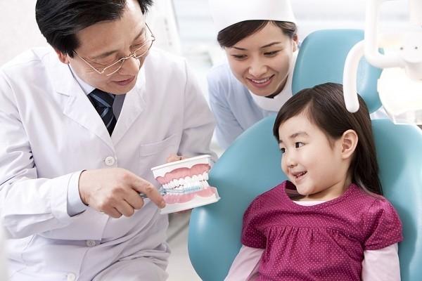 Cần cho trẻ em đi khám khi có dấu hiệu lạ trong khoang miệng