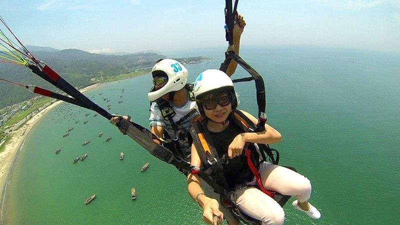 Trò chơi bay trên Cảng Tiên Sa.