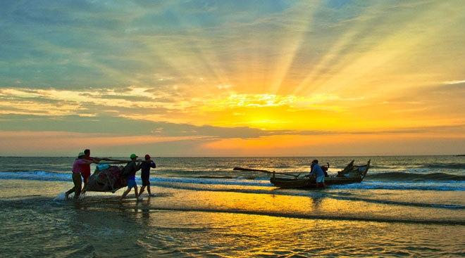 Ngắm nhìn cảnh biển cùng đoàn thuyền đánh cá ra khơi thật hào hứng và thú vị biết bao.