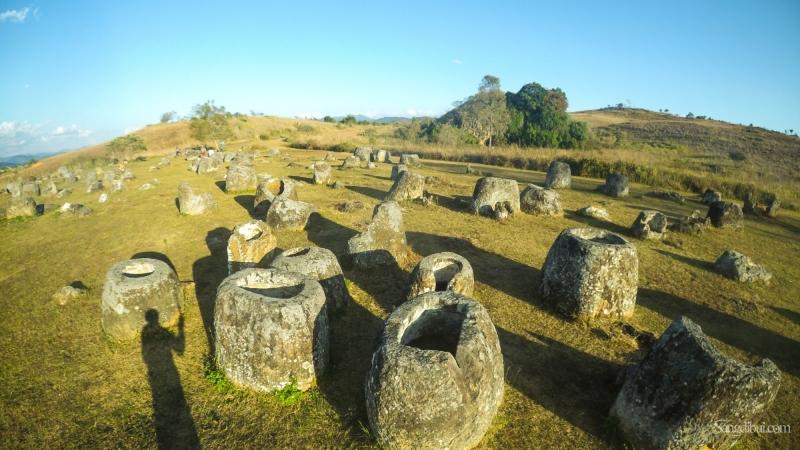 Những chiếc chum bằng đá sa thạch nằm sừng sững trong bình nguyên lộng gió và hoang sơ