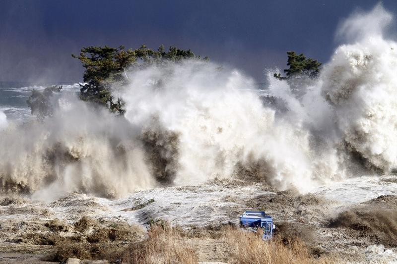 Sóng thần đánh vào bờ biển Minamisoma ở tỉnh Fukushima ngày 11/3/2011. Ảnh: AFP.