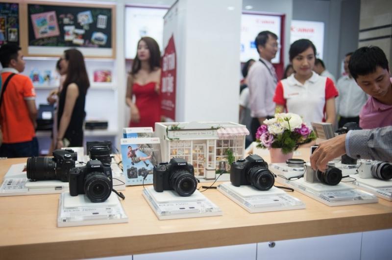 Những dòng máy ảnh cao cấp của Canon đang được trưng bày tại cửa hàng.