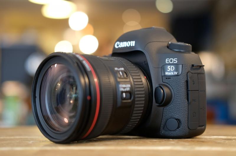 Chiếc máy ảnh Canon EOS 5Dmark IV - một trong những dòng máy cao cấp nhất hiện nay của Canon.