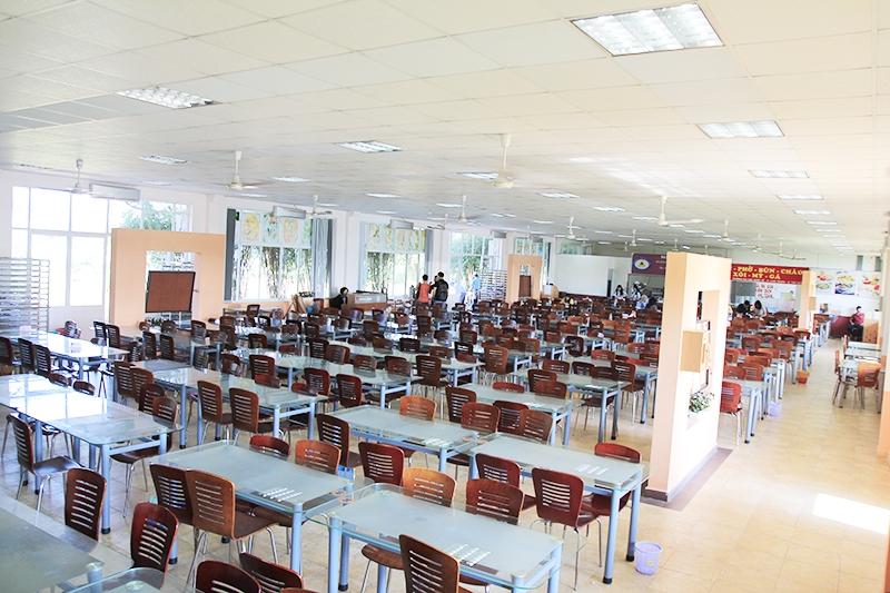 Canteen rộng rãi và thoáng mát