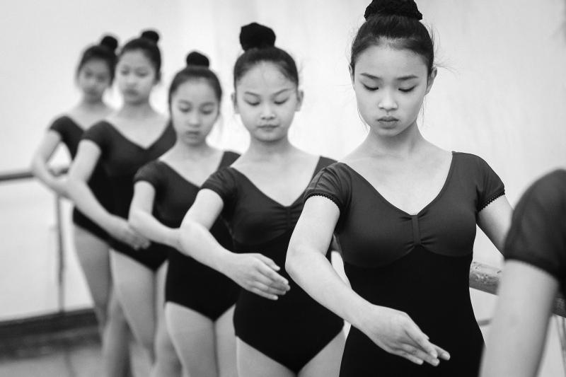 Nữ sinh trường Cao đẳng Múa mất nhiều năm khổ luyện trên sàn tập để có thể trở thành một người nghệ sĩ đứng trên sân khấu.