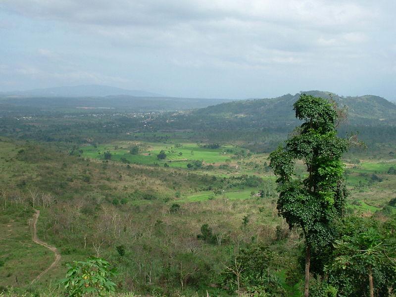 Cao nguyên rộng lớn chạy dài từ Bắc xuống Nam trên 90 km, từ Đông sang Tây 70 km